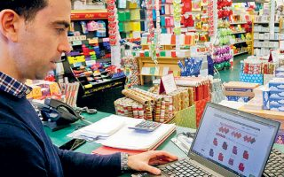 Το αρνητικό για τον εγχώριο κλάδο ηλεκτρονικού εμπορίου είναι ότι, σύμφωνα με την έκθεση του Ecommerce Europe, η πλειονότητα των αγοραστών και συγκεκριμένα το 54% πραγματοποιεί αγορές από ηλεκτρονικά καταστήματα εκτός Ελλάδας.