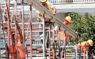 Μεταξύ των δεσμεύσεων περιλαμβάνεται και σειρά οικονομικών και φορολογικών κινήτρων, προκειμένου να τονωθεί εκ νέου η οικοδομική δραστηριότητα, η οποία φέτος εμφανίζει τάσεις «κόπωσης» από την ανάκαμψη των προηγούμενων 18 μηνών.