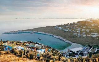 Στην Κέα, η επένδυση αφορά την ανάπτυξη μιας πολυτελούς ξενοδοχειακής μονάδας με 75 πολυτελή δωμάτια και παραθεριστικές βίλες, εκ των οποίων ένας μικρός αριθμός θα διατεθεί προς πώληση.