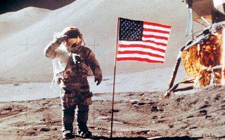 Πενήντα χρόνια από την ημέρα κατά την οποία ο Νιλ Αρμστρονγκ πάτησε το πόδι του στη Σελήνη, η Nasa, σε συνεργασία με ιδιώτες δισεκατομμυριούχους για την κάλυψη μέρους του κόστους, σχεδιάζει να αξιοποιήσει τους πόρους της.