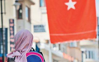 Η απόφαση προκάλεσε υποχώρηση της τουρκικής λίρας, που το βράδυ έκανε πράξεις στις 5,70 λίρες προς ένα δολάριο.
