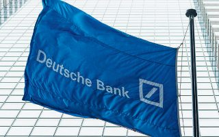 H τράπεζα θα απολύσει 18.000 εργαζομένους επί συνόλου 91.500 διεθνώς, ενέργεια που θα της κοστίσει συνολικά 7,4 δισ. ευρώ.