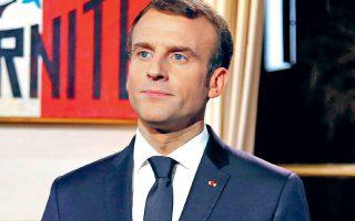 Η όλη εκστρατεία που ξεκίνησε ο Γάλλος πρόεδρος υπό την επωνυμία French Fab, με σύμβολο έναν πανύψηλο φουσκωτό γαλάζιο πετεινό, έχει στόχο να αφυπνίσει τους πολίτες.