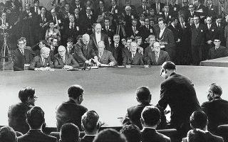 27.1.1973. Επειτα από πολύμηνες διαπραγματεύσεις, ΗΠΑ και Βόρειο Βιετνάμ υπογράφουν συμφωνία ανακωχής στο Διεθνές Συνεδριακό Κέντρο του Παρισιού.