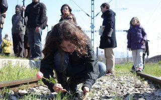 Κορίτσι αφήνει ένα λουλούδι στις γραμμές του παλιού σιδηροδρομικού σταθμού Θεσσαλονίκης, απ' όπου ξεκίνησε ο πρώτος συρμός θανάτου  για τα στρατόπεδα συγκέντρωσης της Γερμανίας. ΑΠΕ-ΜΠΕ/ΝΙΚΟΣ ΑΡΒΑΝΙΤΙΔΗΣ