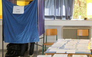 Πολίτης σε παραβάν ασκεί το εκλογικό του δικαίωμα για τις Βουλευτικές Εκλογές 2015, στο Ηράκλειο της Κρήτης, Κυριακή 20 Σεπτεμβρίου 2015. Στις κάλπες προσέρχονται από τις 7 το πρωί και οι Ηρακλειώτες προκειμένου να ασκήσουν το εκλογικό τους δικαίωμα. Η διαδικασία μέχρι και αυτή την ώρα εξελίσσεται ομαλά με εξαίρεση κάποια εκλογικά τμήματα όπου τα μέλη της εφορευτικής επιτροπής απουσιάζουν με αποτέλεσμα οι ψηφοφόροι να παίρνουν μόνοι τους τα ψηφοδέλτια. ΑΠΕ ΜΠΕ/ΑΠΕ ΜΠΕ/ΣΤΕΦΑΝΟΣ ΡΑΠΑΝΗΣ