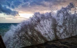 Έντονα καιρικά φαινόμενα έφερε ο ΄΄Φοίβος ΄΄ στην Αργολίδα ,Τετάρτη 23 Ιανουαρίου 2019. Έντονη ήταν η βροχόπτωση στην ευρύτερη περιοχή της Αργολίδος. Οι δυνατοί άνεμοι που έπνεαν στην πόλη του Ναυπλίου σήκωσαν τεράστια κύματα στην παραλία της Αρβανιτιάς, ενώ ο δυνατός αέρας σκόρπισε τραπεζοκαθίσματα και ομπρέλες από τις καφετέριες στην πλατεία Συντάγματος στο κέντρο της πόλης.   ΑΠΕ-ΜΠΕ /ΑΠΕ-ΜΠΕ/ΜΠΟΥΓΙΩΤΗΣ ΕΥΑΓΓΕΛΟΣ