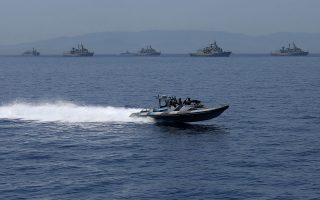 Ταχύπλοο των Ειδικών Δυνάμεων με φόντο φρεγάτες του Πολεμικού Ναυτικού, κατά την πρόσφατη επιθεώρηση του Στόλου από τον Πρόεδρο της Δημοκρατίας Προκόπη Παυλόπουλο. Η ετοιμότητα στο ΓΕΕΘΑ και στα επιτελεία παραμένει σε υψηλότατο επίπεδο. ΑΠΕ-ΜΠΕ/ΟΡΕΣΤΗΣ ΠΑΝΑΓΙΩΤΟΥ