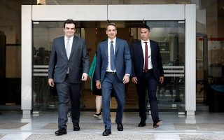 Οι προτεραιότητες του πρώτου εξαμήνου αποτυπώθηκαν στις πρόσφατες επαφές του πρωθυπουργού με τις ηγεσίες κορυφαίων υπουργείων. Φωτογραφία από τη συνάντηση που είχε την Παρασκευή ο κ. Μητσοτάκης με τον υπουργό Ψηφιακής Διακυβέρνησης Κυριάκο Πιερρακάκη (αριστερά).