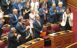 Βουλευτές χειροκροτούν όρθιοι τον Ηπειρώτη πολιτικό που εξελέγη πρόεδρος της Βουλής με 283 ψήφους, αριθμός-ρεκόρ στα κοινοβουλευτικά χρονικά. Ψηφίστηκε από όλα τα κόμματα, πλην του ΚΚΕ που δήλωσε «παρών». ΑΠΕ-ΜΠΕ/ΠΑΝΤΕΛΗΣ ΣΑΪΤΑΣ