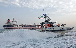 Σκάφος της ακτοφυλακής του Ιράν περιπολεί γύρω από το κατασχεμένο από την Τεχεράνη υπό βρετανική σημαία δεξαμενόπλοιο «Stena Impero» στα Στενά του Ορμούζ.