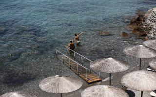Κόσμος απολαμβάνει τον ήλιο και την θάλασσα κατά τη διάρκεια καύσωνα στη Σαρωνίδα, κοντά στην Αθήνα, Τετάρτη 12 Ιουλίου 2017. Νέο κύμα καύσωνα σαρώνει την χώρα με τις υψηλότερες θερμοκρασίες να καταγράφονται την Τετάρτη και την Πέμπτη και τον υδράργυρο να ξεπερνά τους 40 βαθμούς Κελσίου. ΑΠΕ-ΜΠΕ/ΑΠΕ-ΜΠΕ/ΓΙΑΝΝΗΣ ΚΟΛΕΣΙΔΗΣ