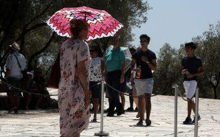 Μία τουρίστρια κρατάει ομπρέλα για να προστατευθεί από το δυνατό ήλιο της Αθήνας, στην είσοδο της Ακρόπολης, τη Δευτέρα 07 Αυγούστου 2017. Καύσωνα και υψηλές θερμοκρασίες, που αναμένεται να ξεπεράσουν και τους 40 βαθμούς Κελσίου, προβλέπουν οι μετωρολόγοι μέχρι το τέλος της εβδομάδας σε όλη τη χώρα. ΑΠΕ-ΜΠΕ/ΑΠΕ-ΜΠΕ/ΣΥΜΕΛΑ ΠΑΝΤΖΑΡΤΖΗ
