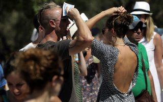 Τουρίστες προσπαθούν να προστατευθούν από το δυνατό ήλιο της Αθήνας, στην είσοδο της Ακρόπολης, τη Δευτέρα 07 Αυγούστου 2017. Καύσωνα και υψηλές θερμοκρασίες, που αναμένεται να ξεπεράσουν και τους 40 βαθμούς Κελσίου, προβλέπουν οι μετωρολόγοι μέχρι το τέλος της εβδομάδας σε όλη τη χώρα. ΑΠΕ-ΜΠΕ/ΑΠΕ-ΜΠΕ/ΣΥΜΕΛΑ ΠΑΝΤΖΑΡΤΖΗ