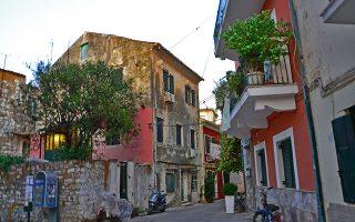 Στιγμιότυπα από την Κέρκυρα , Παρασκευή 1 Σεπτεμβρίου 2017. H Kέρκυρα, το ξακουστό ομηρικό νησί των Φαιάκων, κατοικήθηκε, σύμφωνα με τα ανασκαφικά ευρήματα, από την Παλαιολιθική εποχή. Η Κέρκυρα είναι ένα από τα βορειότερα και δυτικότερα νησιά της Ελλάδας και του Ιονίου Πελάγους. Βρίσκεται στην είσοδο της Αδριατικής Θάλασσας, κοντά στις Ηπειρωτικές ακτές. Οι βορειοανατολικές της ακτές πλησιάζουν αρκετά τις ακτές των Αγίων Σαράντα της Αλβανίας.  Τα παράλιά της έχουν συνολικό μήκος 217 χιλιόμετρα και σχηματίζουν αρκετούς όρμους και ακρωτήρια. Το έδαφός της είναι κυρίως ορεινό, ιδιαίτερα στο βόρειο τμήμα.  Είναι από τα πλέον πυκνοκατοικημένα νησιά της Μεσογείου, με πυκνότητα πληθυσμού 193 κατοίκους ανά τετραγωνικό χιλιόμετρο. ΑΠΕ-ΜΠΕ /ΑΠΕ-ΜΠΕ/ΜΠΟΥΓΙΩΤΗ ANNA