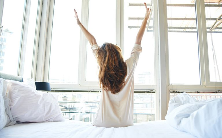 Το πρωινό ξύπνημα μιας γυναίκας συνδέεται με μειωμένο κίνδυνο εμφάνισης καρκίνου του μαστού
