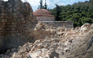 Τμήμα εξωτερικού περιβόλου Μονής Δαφνίου έχει καταρρεύσει από τον χθεσινό σεισμό , Σάββατο 20 Ιουλίου 2019. Κλειστή θα παραμείνει σήμερα η Μονή Δαφνίου, λόγω των προβλημάτων που καταγράφηκαν από τον χθεσινό σεισμό.  ΑΠΕ-ΜΠΕ/ΑΠΕ-ΜΠΕ/Παντελής Σαίτας
