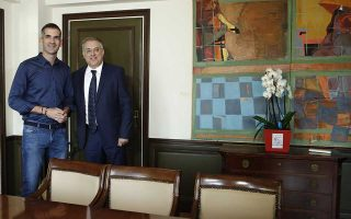 Ο νέος υπουργός Εσωτερικών Τάκης Θεοδωρικάκος (Δ) φωτογραφίζεται με τον νέο δήμαρχο της Αθήνας, Κώστα Μπακογιάννη (Α) κατά τη διάρκεια της συνάντησής τους, στο υπουργείο, Αθήνα, Τετάρτη 10 Ιουλίου 2019.  ΑΠΕ-ΜΠΕ/ΑΠΕ-ΜΠΕ/ΓΙΑΝΝΗΣ ΚΟΛΕΣΙΔΗΣ