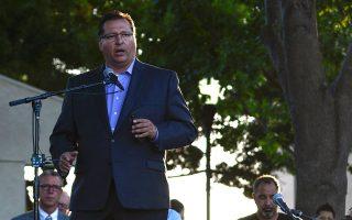 Ο δήμαρχος του Γκίλροϊ, Ρόναλντ Βελάσκο, μιλάει εις μνήμην των θυμάτων.