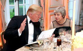 H Τερέζα Μέι με τον Ντόναλντ Τραμπ στο δείπνο προς τιμήν του κατά την επίσκεψή του στη Βρετανία, στις αρχές Ιουνίου. Και επί πρωθυπουργίας Μέι το μενού των σχέσεων Ουάσιγκτον - Λονδίνου είχε πολλά «αγκάθια».