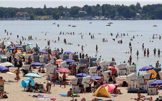 Οι πολίτες της Βόρειας Ευρώπης (το στιγμιότυπο από το Βερολίνο) έχουν κατακλύσει τις ακτές θαλασσών, λιμνών και ποταμών για να ανακουφιστούν από τις υψηλές θερμοκρασίες.