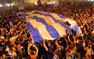 Όπως σε όλες τις πόλεις της Ελλάδας, οι πολίτες της Θεσσαλονίκης έχουν ξεχυθεί στους δρόμους της συμπρωτεύουσας, για να πανηγυρίσουν την ιστορική κατάκτηση του Ευρωπαϊκού Πρωταθλήματος Ποδοσφαίρου από την εθνική ομάδα, το 2004. (REUTERS/Grigoris Siamidis)
