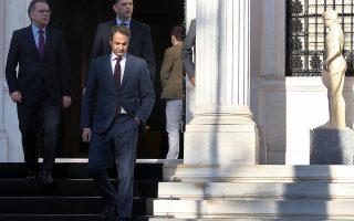 Ο πρόεδρος της ΝΔ Κυριάκος Μητσοτάκης (Δ) συνοδευόμενος από τον εκπρόσωπο Τύπου του κόμματος Γιώργο Κουμουτσάκο (Α) αποχωρεί μετά τη συνάντησή του με τον πρωθυπουργό Αλέξη Τσίπρα, από το Μέγαρο Μαξίμου, Αθήνα, την Πέμπτη 23 Ιουνίου 2016. ΑΠΕ-ΜΠΕ/ΑΠΕ-ΜΠΕ/ΣΥΜΕΛΑ ΠΑΝΤΖΑΡΤΖΗ
