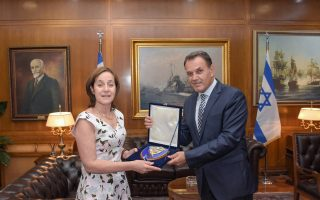 (Ξένη Δημοσίευση)   O υπουργός Εθνικής Άμυνας Νικόλαος Παναγιωτόπουλος συναντήθηκε με την Πρέσβη του Ισραήλ Irit Ben Abba, κατά την οποία συζητήθηκαν η περαιτέρω ενίσχυση της διμερούς συνεργασίας και οι εξελίξεις στην Ανατολική Μεσόγειο, τη Δευτέρα 29 Ιουλίου 2019, στο Υπουργείο. Στη συνάντηση συμμετείχε και ο Υφυπουργός Εθνικής Άμυνας Αλκιβιάδης Στεφανής. ΑΠΕ- ΜΠΕ/ ΓΡΑΦΕΙΟ ΤΥΠΟΥ ΥΠΕΘΑ /STR