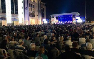 Το κοινό παρακολουθεί μαγεμένο τον Ξαρχάκο στην πλατεία.