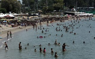 Κόσμος απολαμβάνει το μπάνιο του σε παραλία του Αλίμου, Κυριακή 22 Ιουλίου 2018. Υψηλές θερμοκρασίες που αναμένεται να φτάσουν και ίσως ξεπεράσουν τους 40 βαθμούς κελσίου σε πολλές περιοχές της χώρας προβλέπουν οι μετεωρολόγοι. ΑΠΕ-ΜΠΕ/ΑΠΕ-ΜΠΕ/ΣΥΜΕΛΑ ΠΑΝΤΖΑΡΤΖΗ