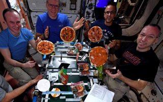 Πρόσφατα ένας Ιταλός αστροναύτης αποφάσισε πως το πλήρωμα του διαστημικού σταθμού χρειαζόταν ένα ευχάριστο διάλειμμα κι έτσι ξεκίνησε να φτιάχνει το παραδοσιακό φαγητό της χώρας του: πίτσα.