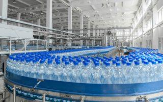 Αν δεν υπήρχαν τα πλαστικά μπουκάλια, δοχεία και βαρέλια για το νερό, το γάλα, το λάδι και λοιπά προϊόντα, θα έπρεπε να χρησιμοποιούμε παντού γυάλινα, με αυξημένο κόστος.