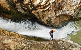 Το φαράγγι της Παναγιάς είναι στενό και συμπαγές, με τον μεγαλύτερο καταρράκτη του να φτάνει τα 15 μ. © ΠΟΕΦ/canyon.gr