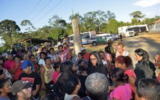 Συγγενείς κρατουμένων περιμένουν να μάθουν νέα των δικών τους στις φυλακές της Αλταμίρα, στο Παρά της βόρειας Βραζιλίας, όπου οι συμμορίες δρουν ανεξέλεγκτες.