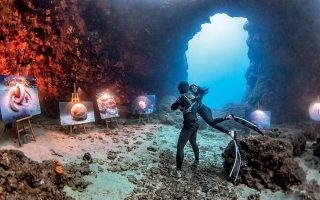 Μέσα στην υποβρύχια «γκαλερί», οι δύτες μετατρέπονται σε πλάσματα της θάλασσας και η πραγματικότητα περνάει σε μια διαφορετική διάσταση.