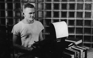 Ο Αμερικανός συγγραφέας Τζέιμς Τζόουνς το 1950, την εποχή που έγραφε το «Από δω στην αιωνιότητα», βιβλίο που τον κατέστησε διάσημο.