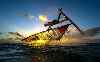 Το windsurfing είναι από τα πιο αγαπημένα σπορ για δραστήριους ταξιδιώτες. (Φωτογραφία: Shutterstock)