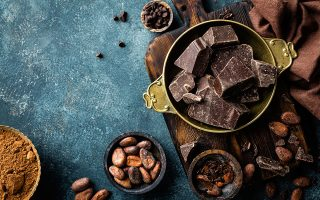 Η μαύρη σοκολάτα κάνει καλό, μας λέει έρευνα που χρηματοδοτήθηκε από βιομηχανία σοκολάτας. SHUTTERSTOCK