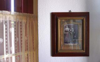 Στο Σκιαθίτικο Σπίτι, ο επισκέπτης θα περιηγηθεί στην καθημερινότητα και στο γεμάτο κειμήλια περιβάλλον μιας παλιάς οικογένειας του νησιού.
