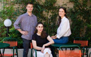 Ερωτευμένοι με το σινεμά και τη Σύρο: ο Τζέικομπ Μόου, η Κασσάνδρα Σελέστιν και η Ζουστίν Αρβανίτη. Φωτογραφία: Βαγγέλης Ζαβός (Ευχαριστούμε το «Λοκάλι» -Σαρρή 44, Ψυρρή- για την παραχώρηση της αυλής του για τη φωτογράφιση)