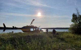 Ελικόπτερο της καναδικής έφιππης αστυνομίας συμμετέχει στις έρευνες για τον εντοπισμό των υπόπτων στη Μανιτόμπα.