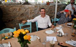 se-taverna-sto-layrio-to-proeklogiko-geyma-tsipra-vinteo-fotografies0