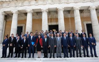 Τα μέλη της νέας κυβέρνησης ορκίστηκαν χθες το μεσημέρι, ενώ αργότερα ακολούθησε η προβλεπόμενη παράδοση - παραλαβή των υπουργείων.