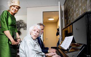 Η βασίλισσα της Ολλανδίας Μαξίμα εγκαινιάζει νέο οίκο ευγηρίας. Πολύ σημαντικό ρόλο διαδραματίζει η κοινωνική συναναστροφή κατά τα ύστερα χρόνια.