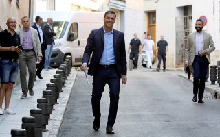 Ο Πέδρο Σάντσεθ προσέρχεται σε σύσκεψη με περιβαλλοντικές οργανώσεις στη Μαδρίτη.