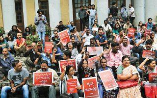 Ακτιβιστές διαδηλώνουν στην ινδική πόλη Μπανγκαλόρ εναντίον της κυβερνητικής απόφασης για κατάργηση του ειδικού καθεστώτος αυτονομίας που απολαμβάνει η –κατά πλειονότητα μουσουλμανική– περιοχή του Κασμίρ. Εντονη ήταν η αντίδραση του Πακιστάν.