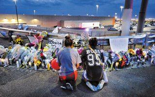 Δύο γυναίκες προσεύχονται σε αυτοσχέδιο μνημείο για τα θύματα του πρόσφατου μακελειού στο Ελ Πάσο. Ο πρόεδρος Τραμπ ζήτησε αυστηρότερους ελέγχους στην αγορά όπλων και επιβολή της θανατικής ποινής στους δράστες μαζικών δολοφονιών, μετά τα περιστατικά σε Τέξας και Οχάιο, με συνολικά 31 νεκρούς.