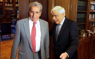 Ο επικεφαλής της Επιτροπής για τον έλεγχο του καπνίσματος, καθηγητής Παναγιώτης Μπεχράκης,  με τον Πρόεδρο της Δημοκρατίας Προκόπη Παυλόπουλο.