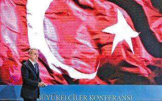 Ο υπουργός Αμυνας της Τουρκίας, Χουλουσί Ακάρ, στο βήμα διάσκεψης Τούρκων πρεσβευτών στην Αγκυρα.