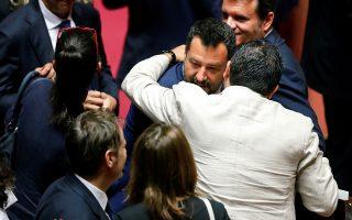 Τα συγχαρητήρια γερουσιαστών δέχεται ο αντιπρόεδρος της κυβέρνησης Ματέο Σαλβίνι μετά την ψηφοφορία.